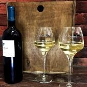 Подарочный набор с бокалами для вина в деревянной коробке